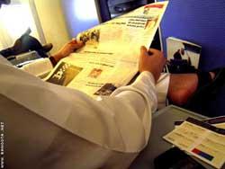 Cuộc chiến với báo mạng: Lối đi nào cho báo giấy?