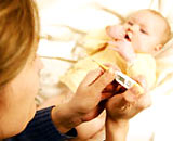 Các bà mẹ cần làm gì khi trẻ bị sốt cao co giật