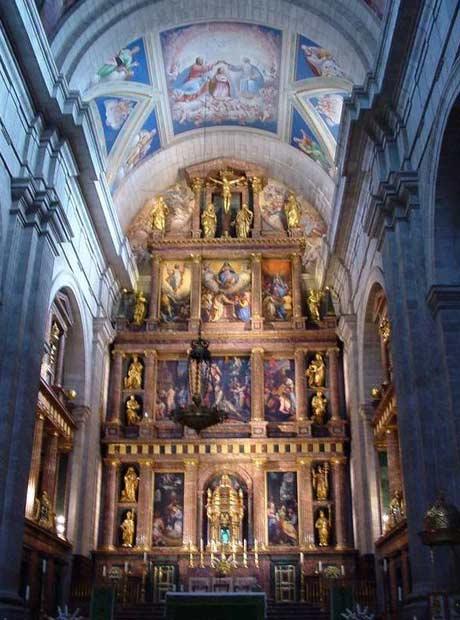 Cung thánh và bàn thờ chính của nhà thờ Escorial nhìn từ chỗ đường giao nhau.