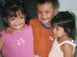 Những đứa trẻ HIV/AIDS được nhận thuốc chống virus tại một trại mồ côi ở Campuchia