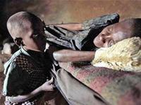 Một bé trai săn sóc người mẹ bị AIDS ở Kenya