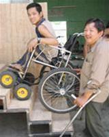 Một người khuyết tật chế tạo thành công xe lăn leo cầu thang