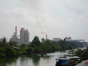 Ống khói Nhà máy ximăng Hà Tiên II ngày đêm thải khói mịt mù