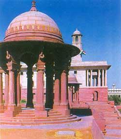 Lutyens xử lý tài tình chattri trong kiến trúc Mughal, hay phần nhô ra trên mái, và đá đỏ Dohlpur.