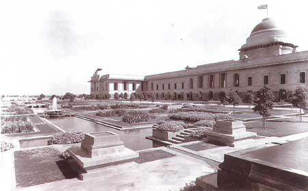 Cạnh phía Tây của Dinh Phó Vương, với công viên thiết kế theo nguyên tắc Mughal.
