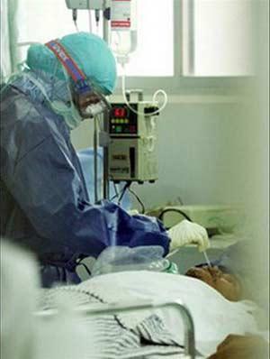 Bác sĩ Indonesia điều trị một bệnh nhân cúm gia cầm ở Jakarta (Indonesia).
