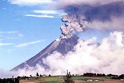 Núi lửa Cotopaxi ở đầu Bắc hoạt động dữ dội năm 2001