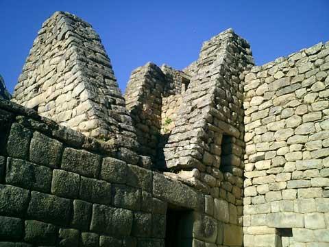 Hầu hết các kiến trúc trong thành đều xếp bằng đá không dùng vôi vữa