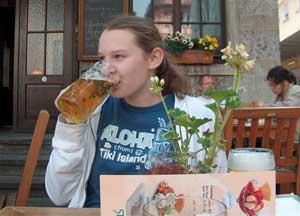 Uống bia ngừa loãng xương
