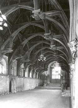 Cảnh chụp Đại sảnh Westminster hướng về Mái cổng St Stephen với tường xây thế kỷ 11 và mái nhà thế kỷ 14.