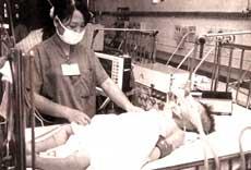 Bác sĩ đang chăm sóc bệnh nhân bị viên não Nhật bản