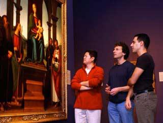 """Các chuyên gia đang xem bức tranh """"Đức Mẹ và bốn vị thánh"""" của hoạ sĩ Perugino"""