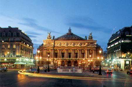 Nhà hát Opéra nằm trên một hòn đảo là nơi hợp lưu của các con đường chính tỏa nhánh