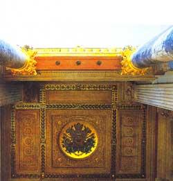 Mỗi bề mặt đều cho thấy cách trang trí đặc trưng được xem rất quen thuộc: đây là panel khảm trên trần chạm ở ngoại thất cho phần hành lang đối mặt với Place de I'Opéra.