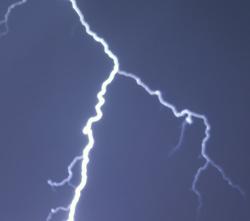 Không nên sử dụng điện thoại di động khi mưa bão