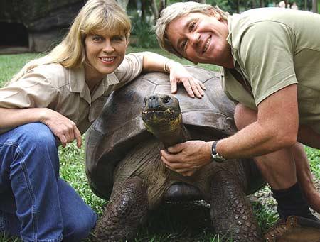 Steve Irwin và vợ chụp ảnh với cụ rùa Harriet