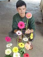Một nông dân lai tạo thành công 20 giống hoa mới