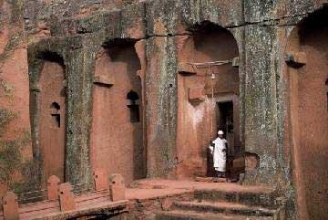 Ngôi giáo đường tạc trong đá