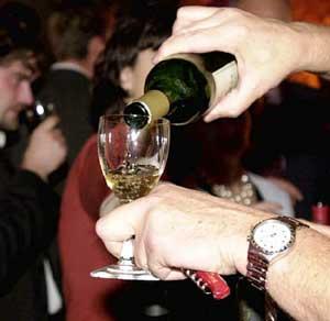 Uống rượu nặng có thể gây mù loà