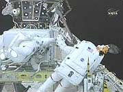 Các nhà du hành trên tàu Discovery hoàn tất chuyến đi bộ thứ hai ra ngoài khoảng không