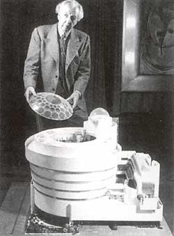 Frank Lloyd Wright cùng mô hình bảo tàng viện do ông thiết kế, với phần nắp đậy bằng kính.