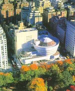Bảo tàng viện tọa lạc ngay địa điểm trung tâm thành phố New York, đối diện trực tiếp với Công viên trung tâm.