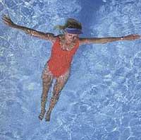 Tập luyện dưới nước giúp bà bầu giảm đau lưng