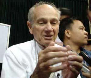 GS Jim Cronin: Hãy theo đuổi đam mê khoa học!