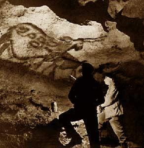 Sử học lừng danh Abbé Henri Breuil nghiên cứu bức bích họa  trên vách đá