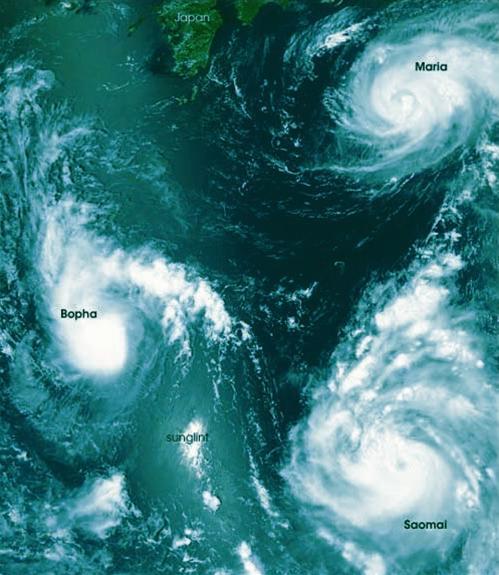 Ba cơn bão hội tụ tại đông bắc Biển Đông