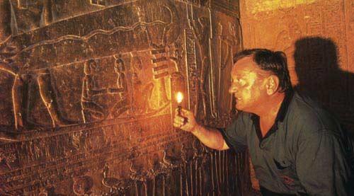 Erich von Daeniken đang tìm kiếm các dấu vết lạ ở Dendera, Egypt