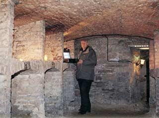 Tandy nghiên cứu sóng âm của gió thổi qua những bức tường của một tòa tháp cổ