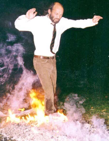 Con người có thể đi trên lửa