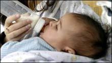 Trẻ bú sữa bình buổi tối dễ bị sâu răng