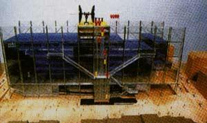 Mô hình dự thi, có thể nhìn thấy mặt tiền phía Tây, hướng ra quảng trường. Một số chi tiết, chẳng hạn như thang máy thay đổi khi công trình gần hoàn công.