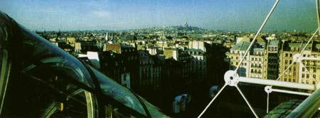 Cảnh trung tâm Pompidou: Nhiều khách quan tham đi thang máy màu đỏ đến ngắm Paris từ tầng thượng nổi tiếng của trung tâm, xa xa là điện Montmattre.