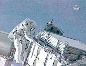 Các nhà du hành tàu Atlantis thực hiện cuộc đi bộ ngoài không gian