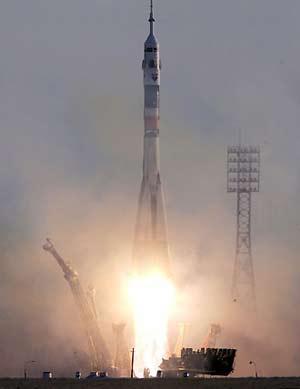 """Ngày 30/3/2006, phi hành đoàn tàu vũ trụ """"Soyuz TMA-8"""" thực hiện chuyến thám hiểm thứ 13 lên Trạm Vũ trụ Quốc tế đã khởi hành từ sân bay vũ trụ Baikonur"""