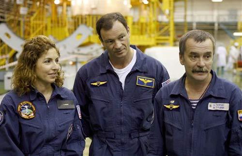 Anousheh Ansari (trái) cùng 2 nhà du hành vũ trụ Miguel Lopez-Alegria (người Mỹ) & Mikhail Tyurin (người Nga)