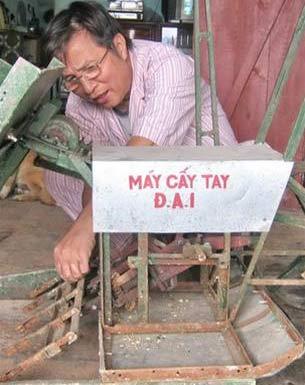 Thanh Hóa: hai nông dân chế tạo máy cấy lúa