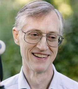 Nhà khoa học John C. Mather phát biểu trước nhóm phóng viên truyền hình bên ngoài nhà ông ở Hyattsville, Maryland hôm nay sau khi nhận tin ông đoạt giải Nobel