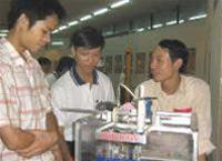 Cậu học trò Lạng Giang và Robot thực hành hóa học