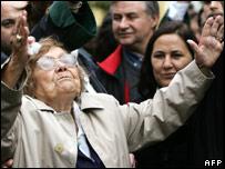 Các cổ động viên hò reo hoan nghênh Tiến sỹ Cig khi bà được trắng án