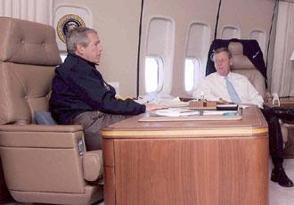 Tổng thống Mỹ George Bush cùng Thượng nghị sĩ Johny Isakson trên chiếc Air Force One.