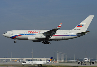 Chiếc chuyên cơ Ilyushin Il-96-300 đang chở Tổng thống Nga Vladimir Putin hạ cánh xuống sân bay Munich, Đức