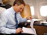 Thủ tướng Anh Tony Blair đang làm việc trên một chiếc máy bay thuê khi đi công cán.