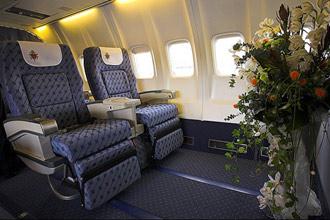 Chỗ ngồi được chuẩn bị đặc biệt dành cho Giáo hoàng Benedict XVI trên chiếc Boeing 737-45D thuê