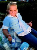 Katie Curry với đống vỏ chai mà cô bé thu gom được