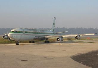 Chiếc chuyên cơ Boeing 707-382B của ông Mobutu đang nằm mốc meo tại Lisbon, Bồ Đào Nha.