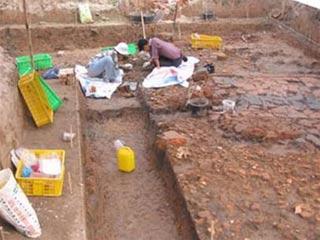 Các nhà khảo cổ học đang làm việc tại một trong 3 hố thám sát tại khu vực đàn Xã Tắc.